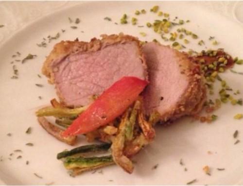 Medaglione di filetto di maiale in crosta di nocciole, riduzione al balsamico e bastoncini di zucchine in pastella di riso